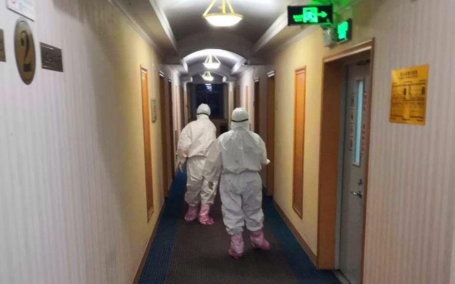 事情人员对集中医学观察点走廊举行消毒。平谷区供图
