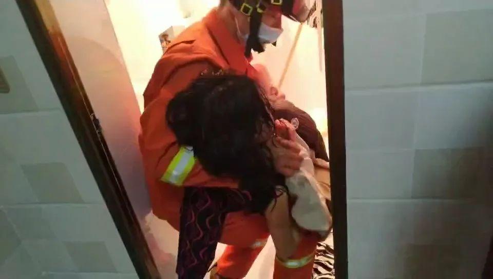 南昌一女孩洗澡时中毒晕倒 每年很多人因它丧命