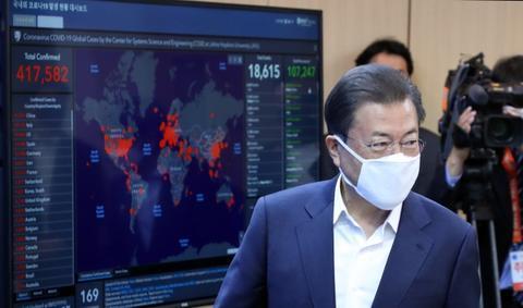25日,文在寅视察韩国试剂盒公司。(韩联社)