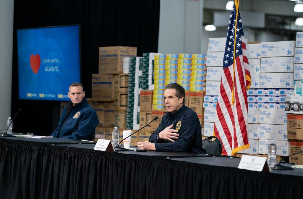 科莫在发布会上 纽约州政府图