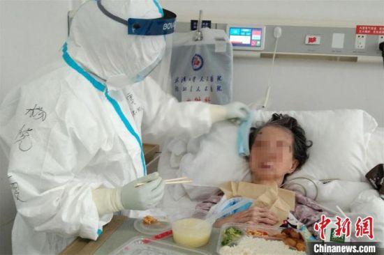图为南昌大学第二附属医院抗疫援鄂国家医疗队员在护理患者。 张超 摄