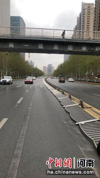 郑州金水路百多米护栏被大风吹倒 交警一大队复原状