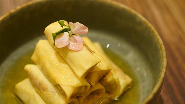 杏花楼新品,鸡汁刀鱼百叶包,加入了笋丝和萝卜丝,更有脆性。