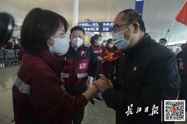 24日,金银潭医院院长张定宇在天河机场送别福建援鄂医疗队