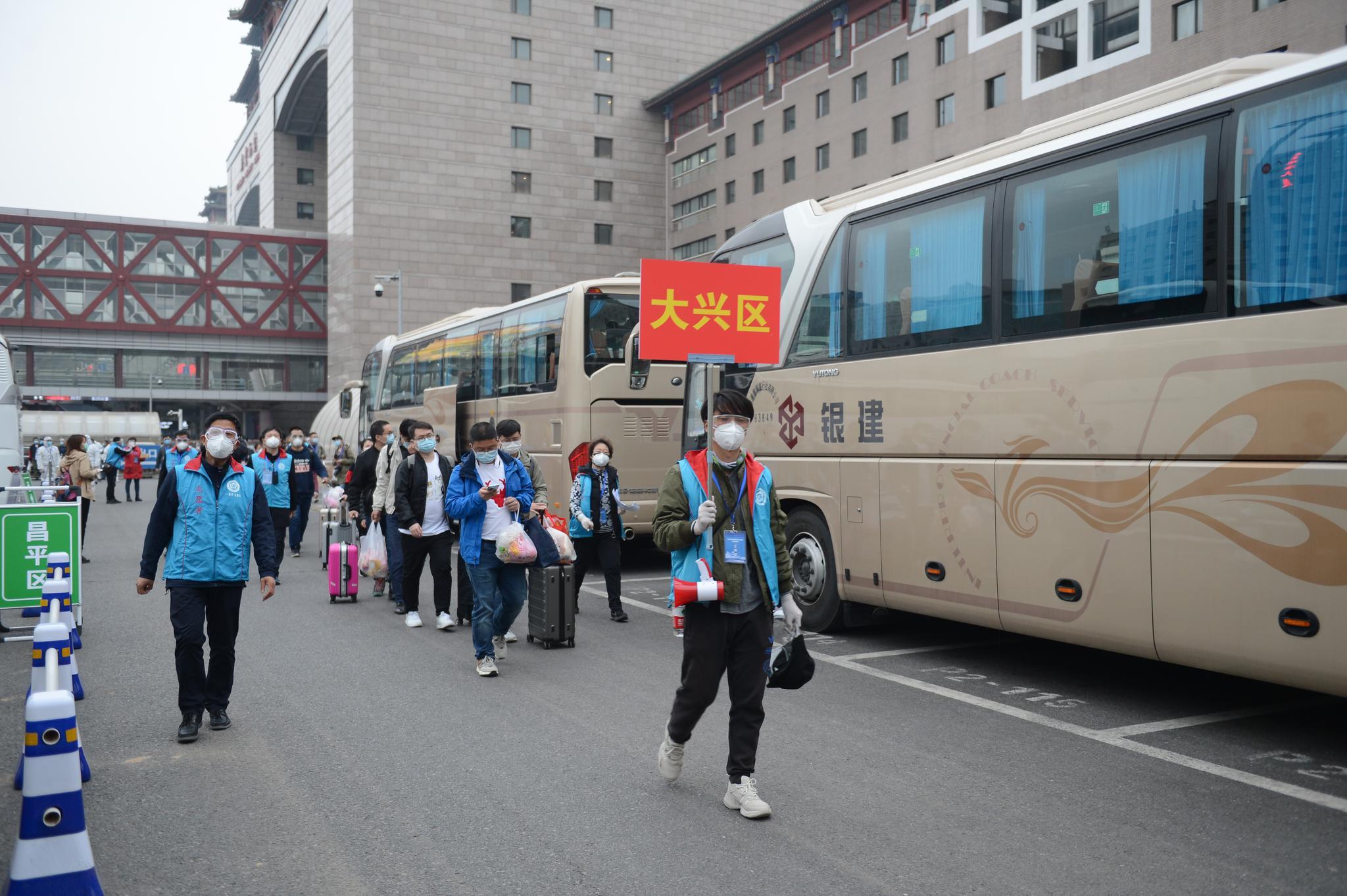 大兴区派专车迎接首批42名在鄂北京人员回家