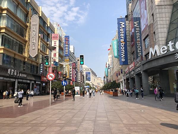3月25日中午的南京路步行街实景,行人多为散客。