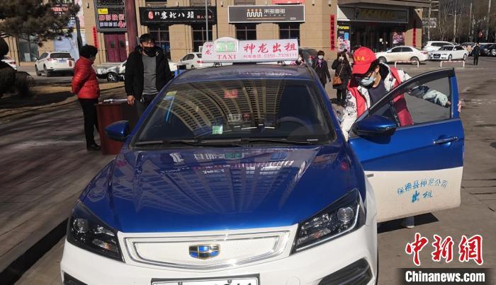 胡锧滨正在为出租车进行消杀处理。 受访者供图