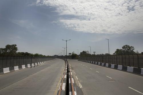 资料图片:这是3月25日在印度新德里拍摄的空旷的马路。新华社发