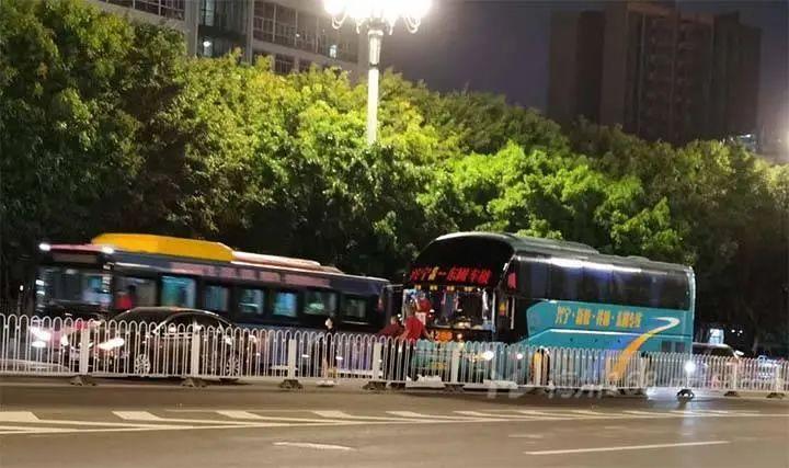 兴宁一辆大客车在广州发生事故!