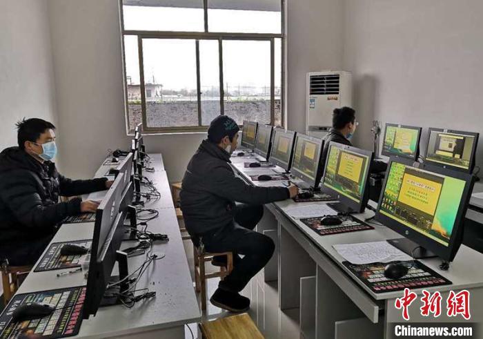 湖南洞口县联合爱心商家为隔离点留观学生送学习机