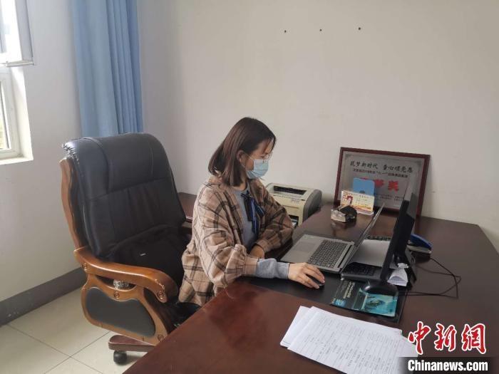 李瑾萱正在电脑前进行学生情况输入登记。 受访者供图