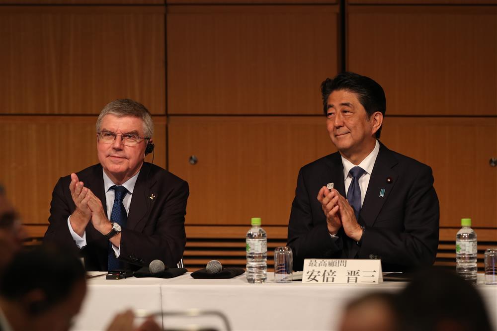 图说:国际奥委会主席巴赫(左)和日本首相安倍晋三。