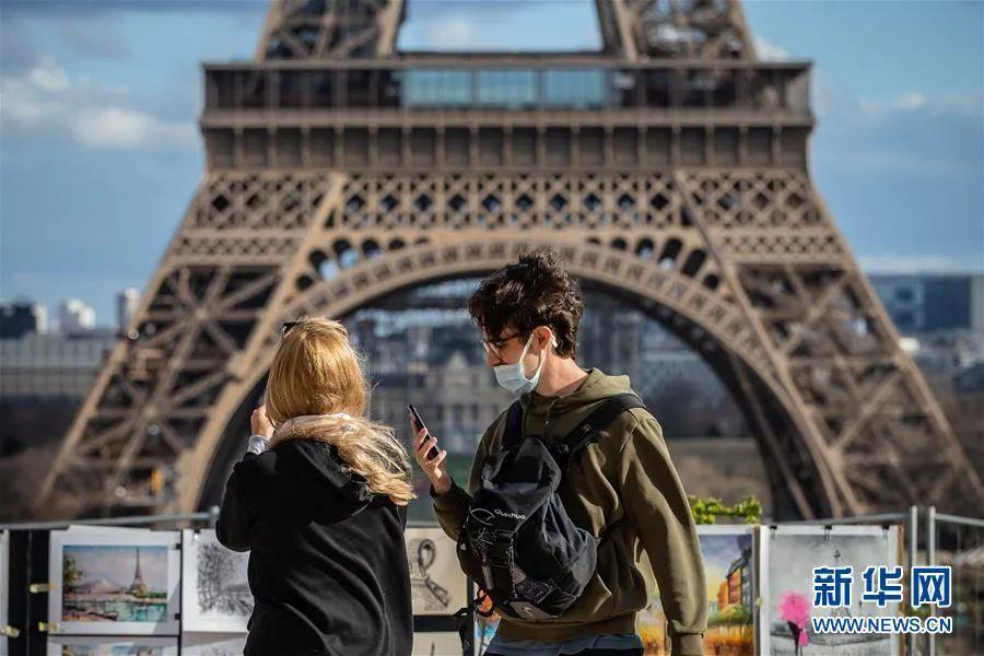 ▲3月12日,在法国巴黎,一名游客戴口罩在人权广场上观光游览。新华社发(奥雷利安·莫里萨尔 摄)