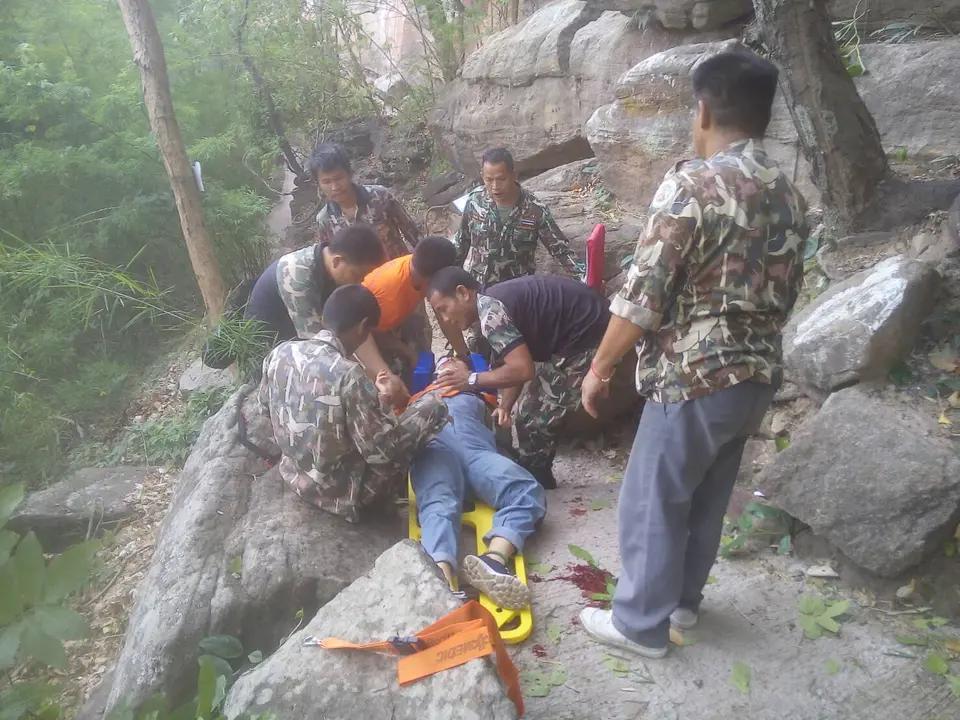 2019年6月9日,孕婦王女士與丈夫在泰國烏汶帕登國家公園遊玩時墜崖,所幸墜落過程中被大樹攔住。 受訪者供圖