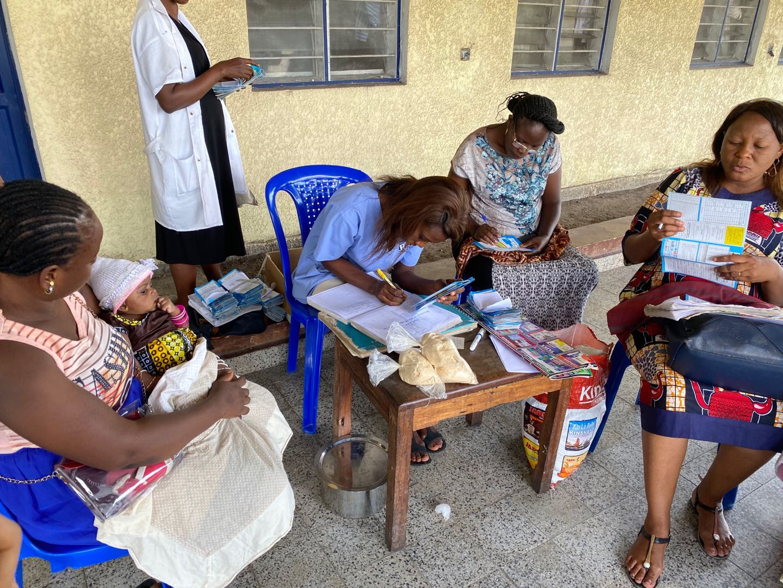 一家地区中心医院妇幼诊所正在做出生登记