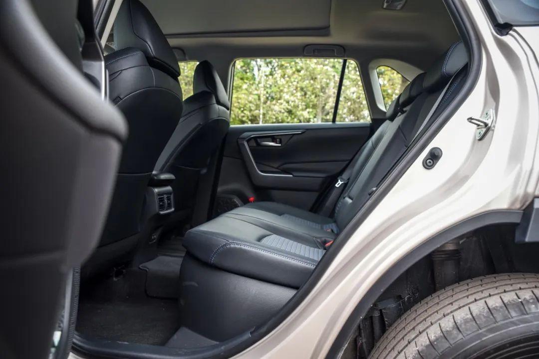 17.18万起!标配7气囊,丰田新款SUV高配低价,荣放还值得选吗?