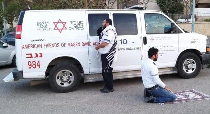 疫情之下 穆斯林和犹太人一起祈祷的照片火了