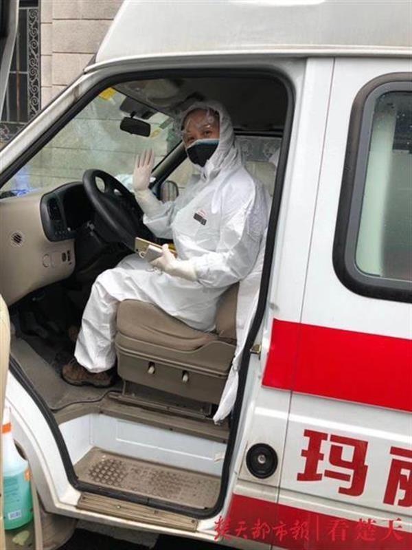 50岁女教师志愿开救护车一个多月,为了少上厕所不吃午饭