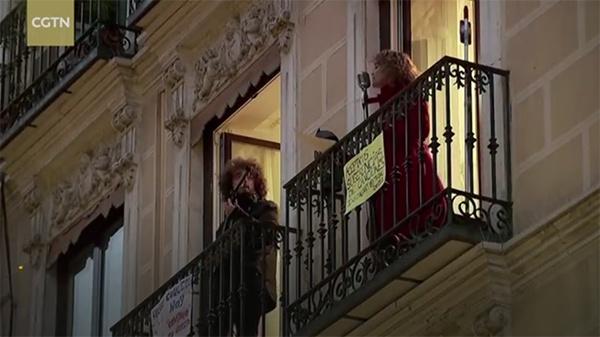 """自马德里因疫情""""封城""""以来,西班牙歌手Beatriz Berodia每晚都会在自家阳台上举办一场""""阳台演唱会""""。视频截图"""