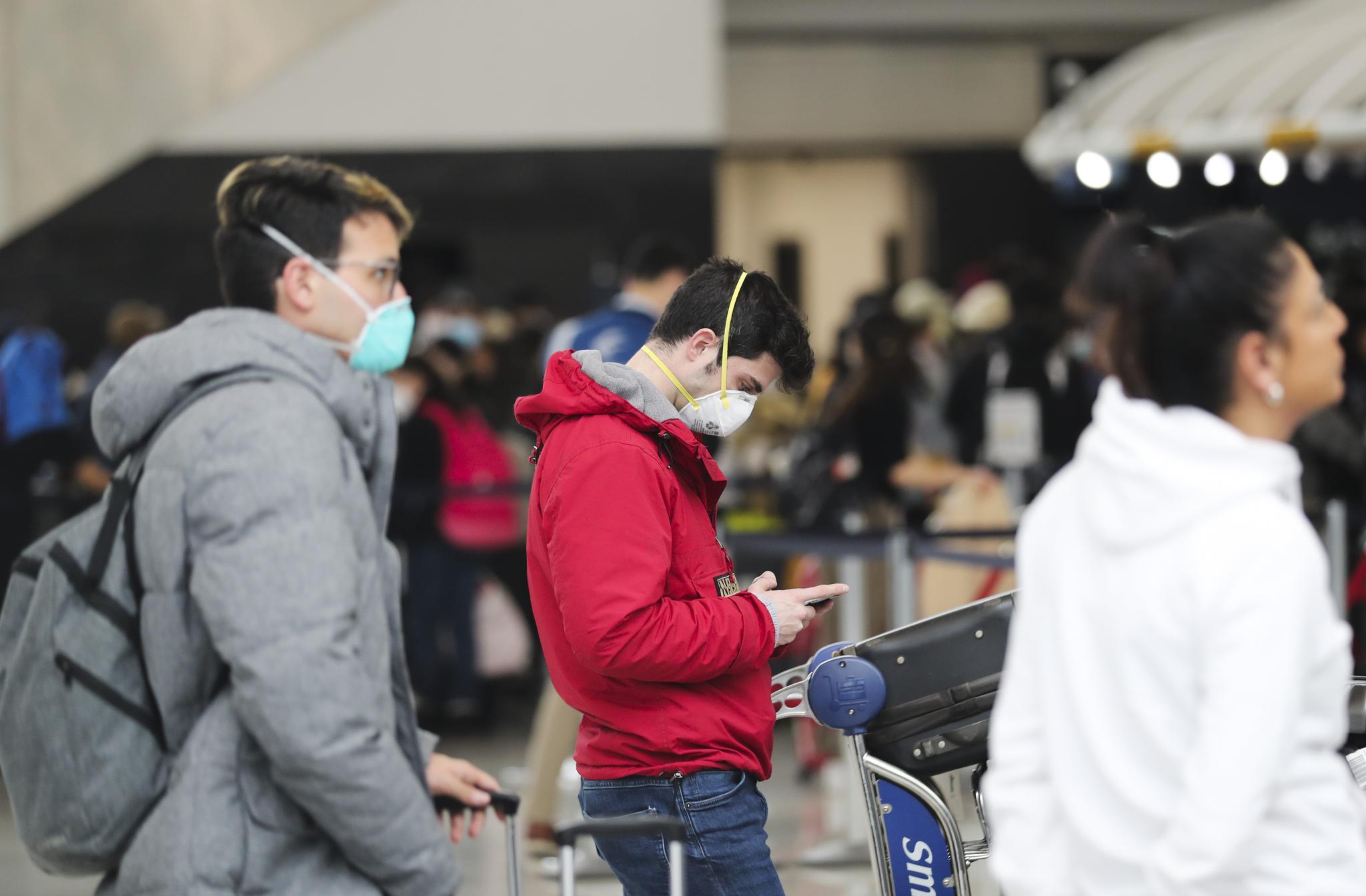 3月13日,在美国纽约肯尼迪国际机场,旅客在出发区等候。新华社 图