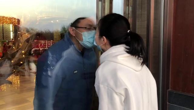 机场求婚的德州疾控小伙和女友见面了,两人隔着玻璃亲吻
