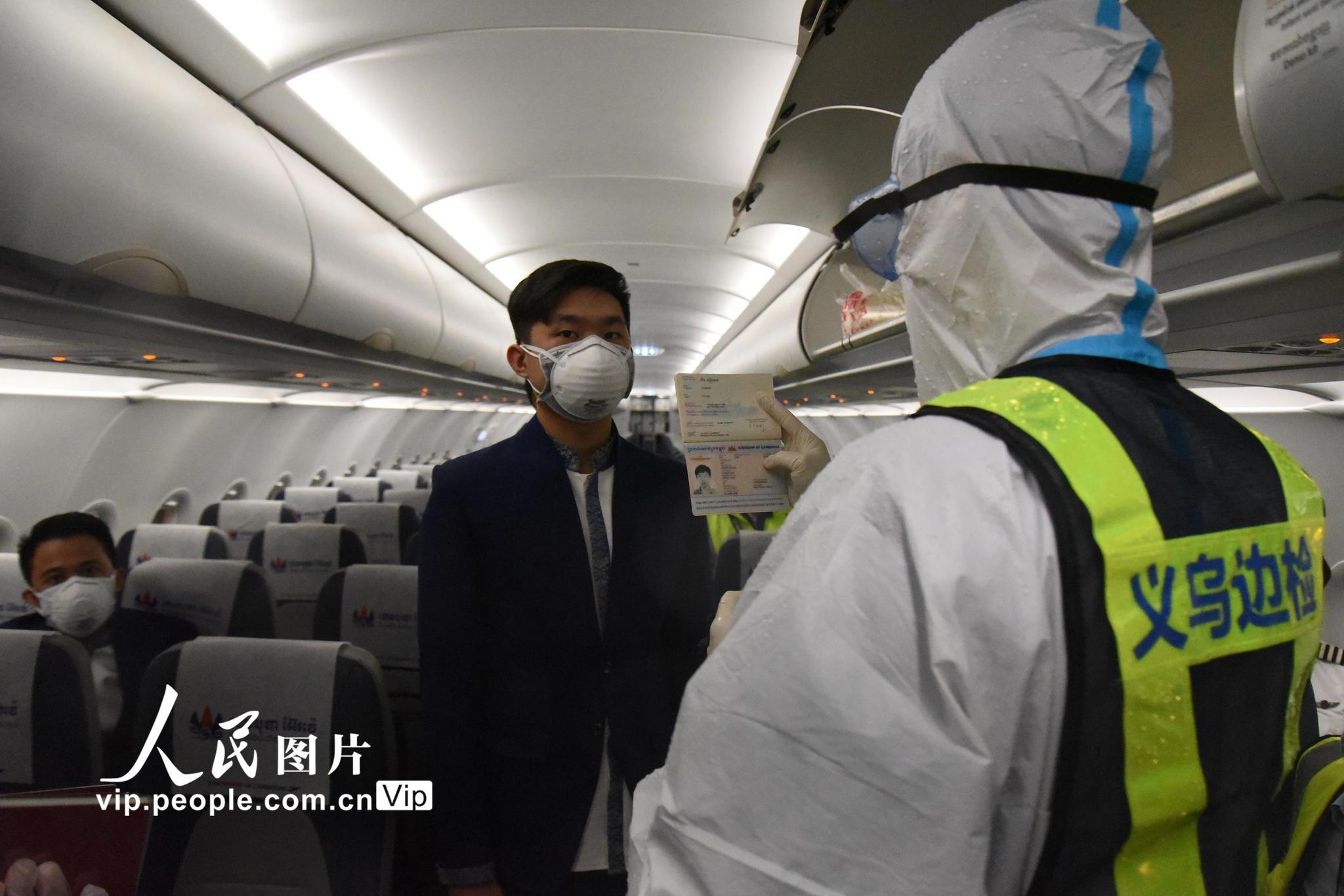 浙江义乌:边防检查站开辟绿色通道助抗疫物资出境
