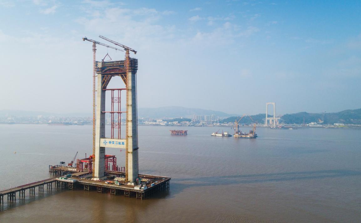 世界首座三塔四跨双层钢桁梁悬索桥南塔封顶、沉井封底