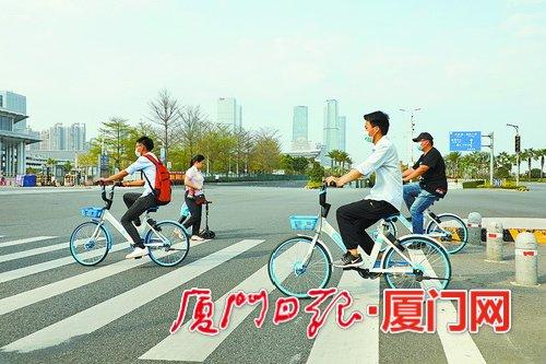 """装上智能锁和太阳能板的共享单车 厦门街头""""上岗"""""""