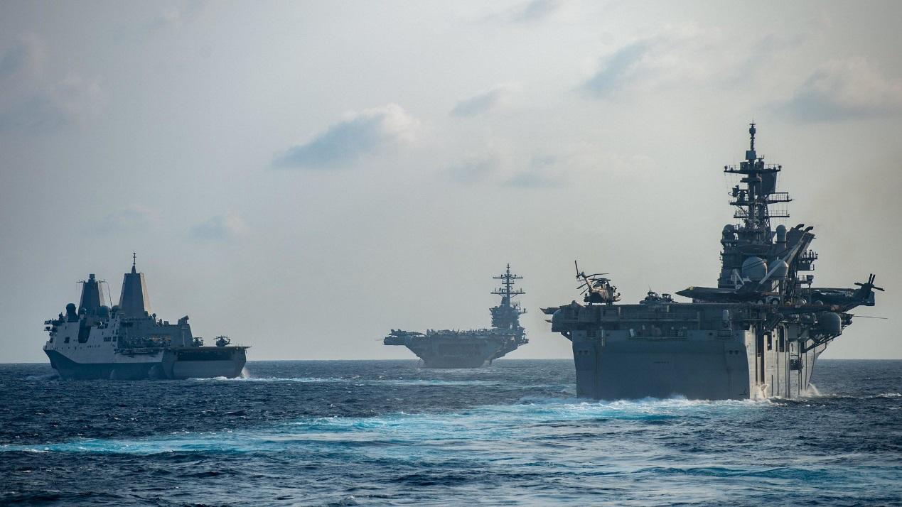 """""""罗斯福""""号航母与""""美国""""号两栖攻击舰举行联合演习"""