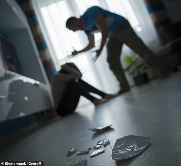 英国家暴事件激增,施暴者与受害者长时间共处一室,伤害无休无止