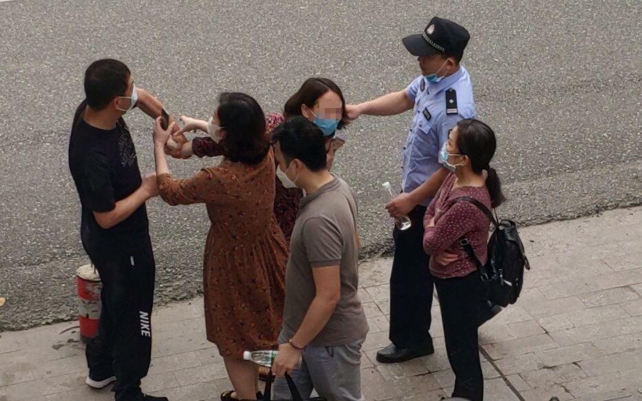 南宁一区维稳办主任与人冲突,回应:夺手机时抓对方胳膊图片