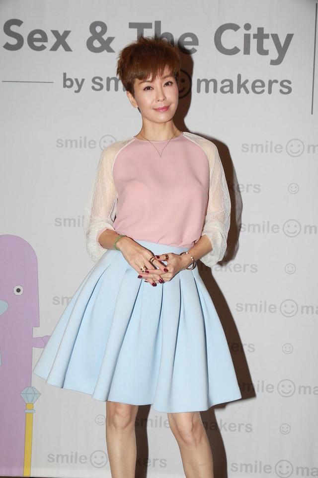 伍咏薇又玩减龄穿搭,粉色上衣配蓝色百褶半身裙,贤能不止一点点