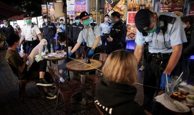 香港餐厅限客令生效 警方突击巡查现场用尺量桌距