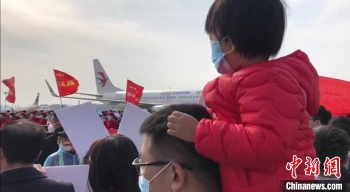 236名医务工作者,平安抵达太原,队员家属迎接。 胡静 摄