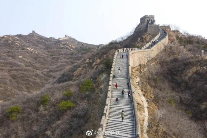 """媒体:八达岭长城开放首日被刻字,怎忍让长城再遭""""雕刻""""之痛 ?图片"""