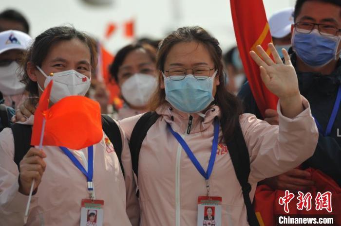 236名医务工作者,平安抵达太原。 胡静 摄