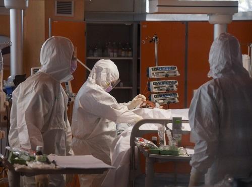 3月25日,在意大利罗马收治新冠肺炎患者的卡萨帕洛科临床研究所,医护人员在重症病房工作。新华社发