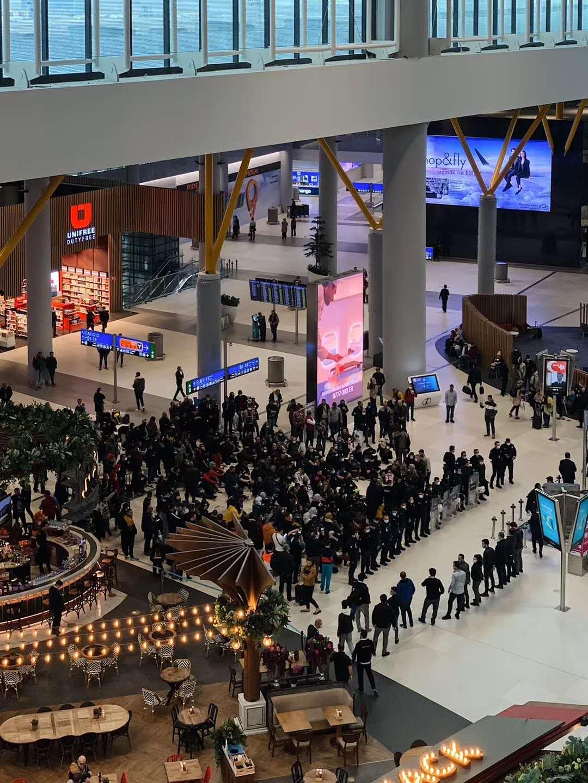 滞留在伊斯坦布尔机场的阿尔及利亚人。
