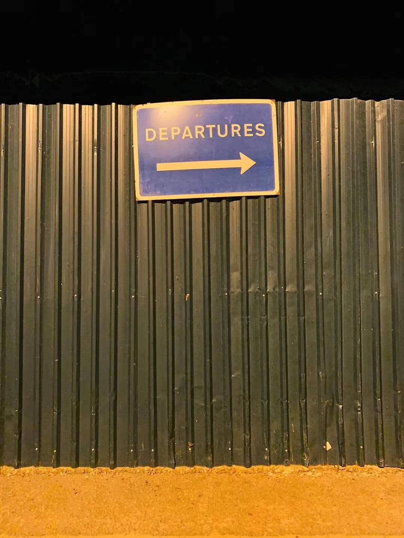 乌干达机场外的登机指示。