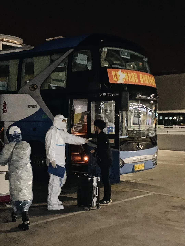 政府安排的大巴车。