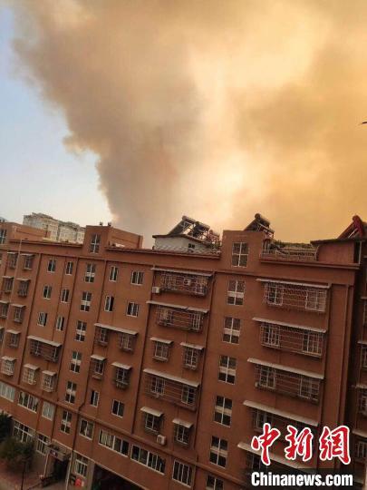 四川西昌突发森林火灾:浓烟弥漫城区 上千人进行扑救图片