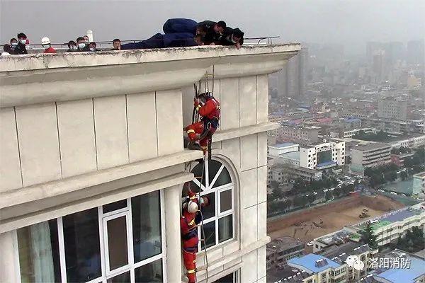 3名儿童爬到33楼空调外机平台坐着,最小的才5岁