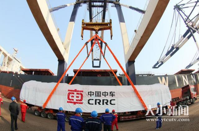 国产新型内燃机车从烟台港装船发运几内亚