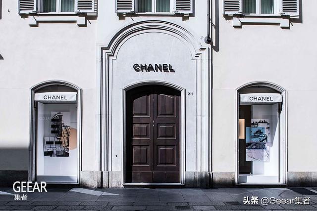 为抗击疫情,Chanel也将投入进行生产口罩和防护衣