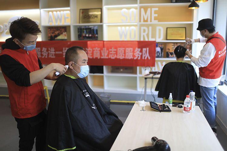 中关村创业大街为复工企业员工义务剪发