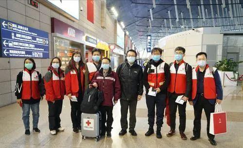3月12日,中国首批援助意大利抗疫专家组从上海出发 图自央视新闻