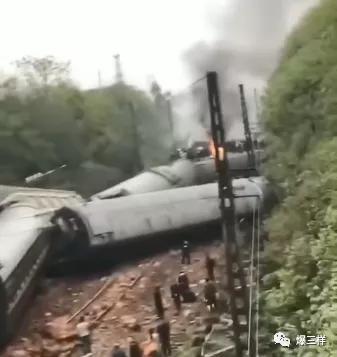 突发!济南至广州T179次客运火车在湖南侧翻,多节车厢脱轨车头起火