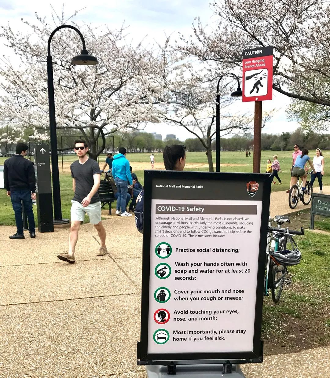美国政府强调保持社交距离,在华盛顿的主要景点,这样的警示牌也随处可见。有数据显示,2020年美国的消费者需求将减少8000亿美元,降幅约5.5%。图:金焱