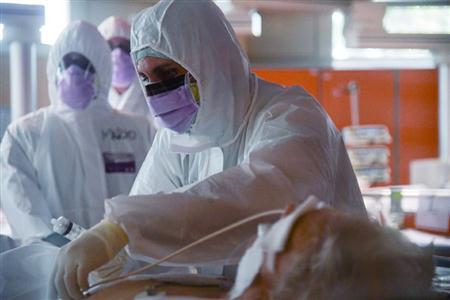 3月25日,在意大利罗马收治新冠肺炎患者的卡萨帕洛科临床研究所,医护人员在重症病房工作。