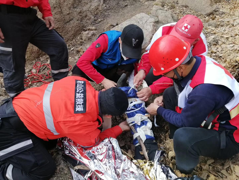 驴友登山摔伤脚踝 救援队三小时营救抬下山